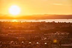 Opinião amarela do por do sol da cidade de Edimburgo em Escócia, Reino Unido imagem de stock royalty free