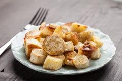 Opinião angular branca Roasted de batatas doces e de pastinaga imagem de stock