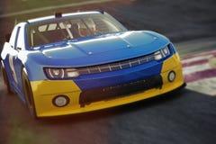 Opinião angular da parte dianteira do carro de corridas dos esportes automóveis que apressa-se abaixo de uma trilha Carro de corr ilustração royalty free