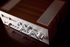 Opinião angular estereofônica do painel frontal e do armário do amplificador do vintage Fotografia de Stock
