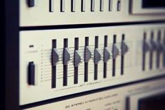 Opinião angular frontal de botões de controle do painel do equalizador estereofônico do vintage Imagens de Stock Royalty Free