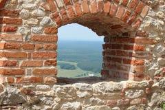 Opinião antiga da janela da parede fotografia de stock royalty free