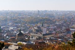 Opinião antiga de Lviv da altura, inclinação-deslocamento Vista agradável da cidade antiga, um lugar do turista imagens de stock