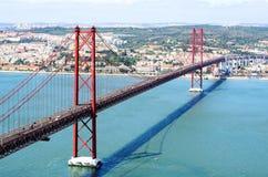 Opinião 25a April Bridge em Lisboa Fotos de Stock