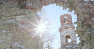 Opinião arruinada da igreja através de uma janela velha vídeos de arquivo
