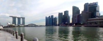 Opinião as construções e Marina Bay Sands modernas da costa oposta Fotos de Stock Royalty Free