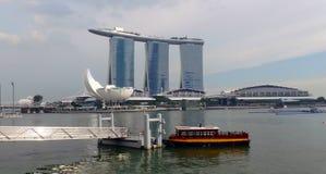 Opinião as construções, o museu de ArtScience e Marina Bay Sands modernos da costa oposta Fotografia de Stock