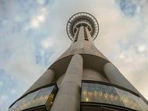 Opinião ascendente de Sky Tower Auckland imagem de stock royalty free