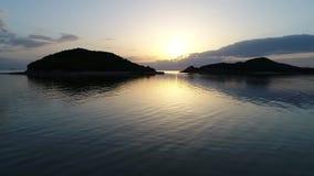Opinião avançada da antena do oceano calmo no por do sol video estoque