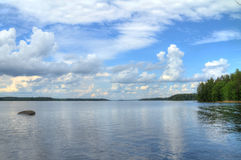 Opinião azul bonita do lago Fotos de Stock
