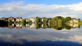 Opinião azul do panorama do ar fresco do lago reflection Fotos de Stock Royalty Free