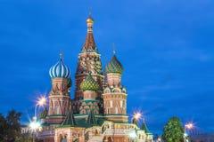 Opinião azul do por do sol da hora de St Basil Cathedral no quadrado vermelho de Moscou Marco mundialmente famoso de Moscou do ru Imagens de Stock Royalty Free