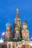Opinião azul do por do sol da hora de St Basil Cathedral no quadrado vermelho de Moscou Marco mundialmente famoso de Moscou do ru Foto de Stock
