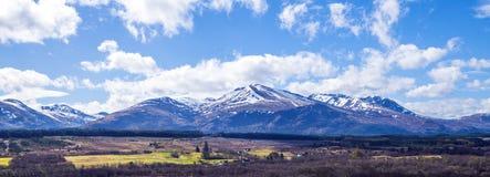 Opinião Ben Nevis Range da ponte de Spean nas montanhas de Escócia Fotos de Stock Royalty Free
