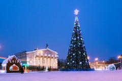Opinião bonita da cidade com uma árvore de Natal na noite imagem de stock