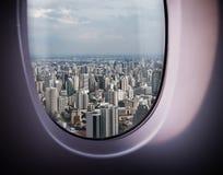 Opinião bonita da cidade da janela imagens de stock royalty free