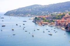 Opinião bonita da luz do dia aos barcos e aos navios na água na costa Fotos de Stock Royalty Free