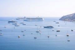 Opinião bonita da luz do dia aos barcos e aos navios na água na costa agradável Imagens de Stock Royalty Free