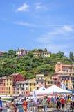 Opinião bonita da luz do dia aos turistas que andam perto do porto de Portofino imagem de stock royalty free