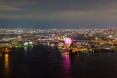 Opinião bonita da noite da arquitetura da cidade de Osaka Osaka Bay em Japão vista da torre do cosmo fotos de stock