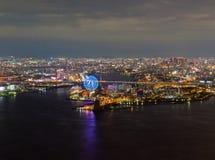 Opinião bonita da noite da arquitetura da cidade de Osaka Osaka Bay em Japão vista da torre do cosmo imagens de stock royalty free