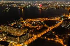 Opinião bonita da noite da arquitetura da cidade de Osaka Osaka Bay em Japão vista da torre do cosmo foto de stock