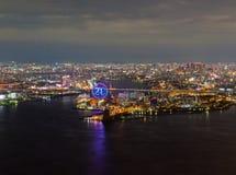 Opinião bonita da noite da arquitetura da cidade de Osaka Osaka Bay em Japão vista da torre do cosmo fotografia de stock royalty free