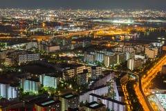 Opinião bonita da noite da arquitetura da cidade de Osaka de Osaka em Japão vista da torre do cosmo foto de stock