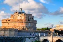 Opinião bonita da noite Castel Sant Angelo igualmente conhecida como o mausoléu de Hadrian, e Ponte Sant Angelo, em Roma fotos de stock