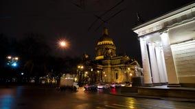 Opinião bonita da noite da catedral do ` s de Isaac perto do quadrado do palácio em St Petersburg, Rússia vídeos de arquivo