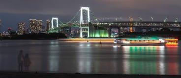 Opinião bonita da noite de Odaiba, de torre do Tóquio e de ponte do arco-íris fotografia de stock royalty free