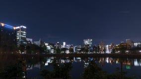 Opinião bonita da noite do distrito de Ueno do Tóquio, Japão, com reflexão na lagoa de Shinobazuno foto de stock