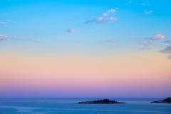 Opinião bonita da noite sobre o mar e o céu da ilha no rosa e no b Imagem de Stock Royalty Free