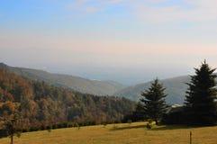 Opinião bonita da paisagem do outono das montanhas Fotos de Stock Royalty Free