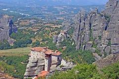 Opinião bonita da paisagem dos monastérios surpreendentes na parte superior das montanhas e das rochas em Meteora, Grécia imagem de stock