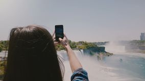 Opinião bonita da parte traseira do movimento lento disparada da mulher nova feliz do turista que toma fotos do panorama incrível video estoque