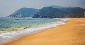 A opinião bonita da praia da manhã foto de stock