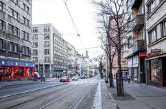Opinião bonita da rua de construções velhas tradicionais em Praga, CZ Fotos de Stock
