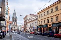 Opinião bonita da rua de construções velhas tradicionais em Praga, CZ Fotos de Stock Royalty Free