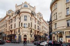 Opinião bonita da rua de construções velhas tradicionais em Praga, CZ Fotografia de Stock