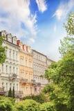 A opinião bonita da rua dos hotéis em Karlovy varia, República Checa fotografia de stock royalty free