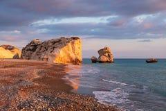 Opinião bonita da tarde da praia em torno do tou Romiou de PETRA, igualmente conhecida como o lugar de nascimento do Afrodite, em foto de stock royalty free