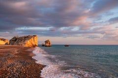 Opinião bonita da tarde da praia em torno do tou Romiou de PETRA, igualmente conhecida como o lugar de nascimento do Afrodite, em imagens de stock