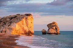 Opinião bonita da tarde da praia em torno do tou Romiou de PETRA, igualmente conhecida como o lugar de nascimento do Afrodite, em fotos de stock