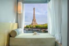 Opinião bonita da torre Eiffel na janela no recurso fotografia de stock