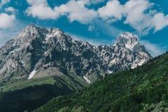 Opinião bonita de Ushba da montagem da paisagem da montanha da vila o imagens de stock royalty free