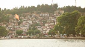 Opinião bonita do beira-mar da cidade de Ohrid e da bandeira macedônia enorme que acenam do lago Ohrid Ohrid é fá vídeos de arquivo