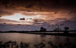 Opinião bonita do lago na noite imagens de stock