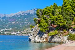 opinião bonita do mar As montanhas descem no mar Céu azul com nuvens e água de turquesa MAR DE ADRIÁTICO montenegro Fotografia de Stock Royalty Free