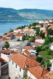 Opinião bonita do mar da costa mediterrânea à cidade nas montanhas Fotografia de Stock Royalty Free